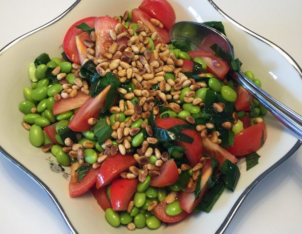 Tomatsalat med edamamebønner og ramsløg