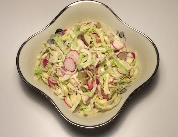 Cremet salat med spidskål og radiser